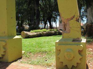 Pilares das pérgolas foram atingidas por uma queda de árvore