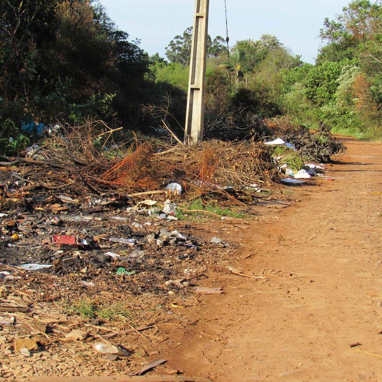 Rio Itaquarinchim - Rua Alfredo Leopoldo Fett é utilizado de forma irregular como depósito de lixo - Foto - Divulgação