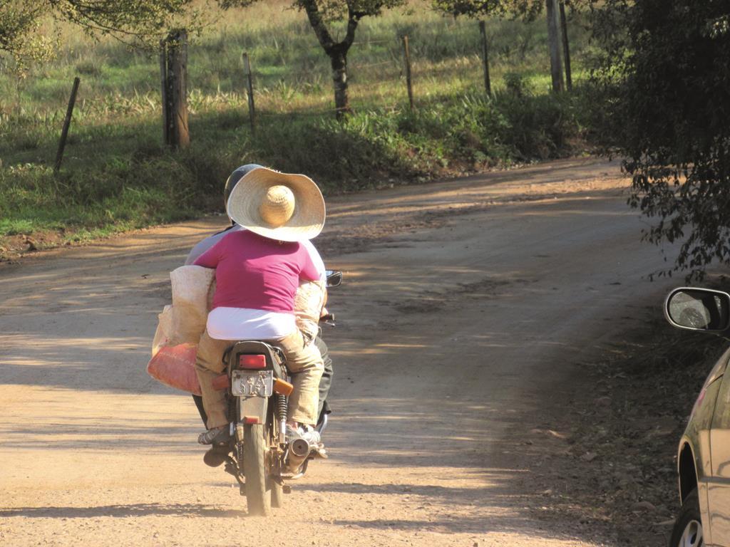 Moto no interior - desafio na estrada de terra (1) (Copy)