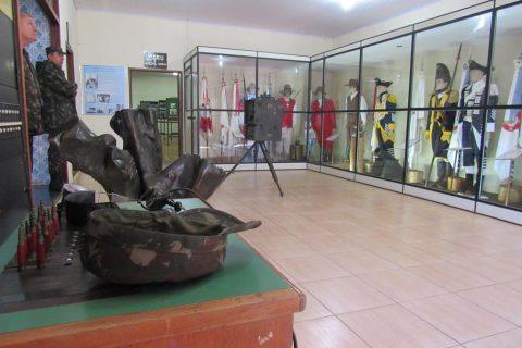 Sala que guarda os uniformes usados pelos militares do Exército Brasileiro, inclusive um exemplar usado pelos primeiros soldados vindos de Portugal no ano de 1500