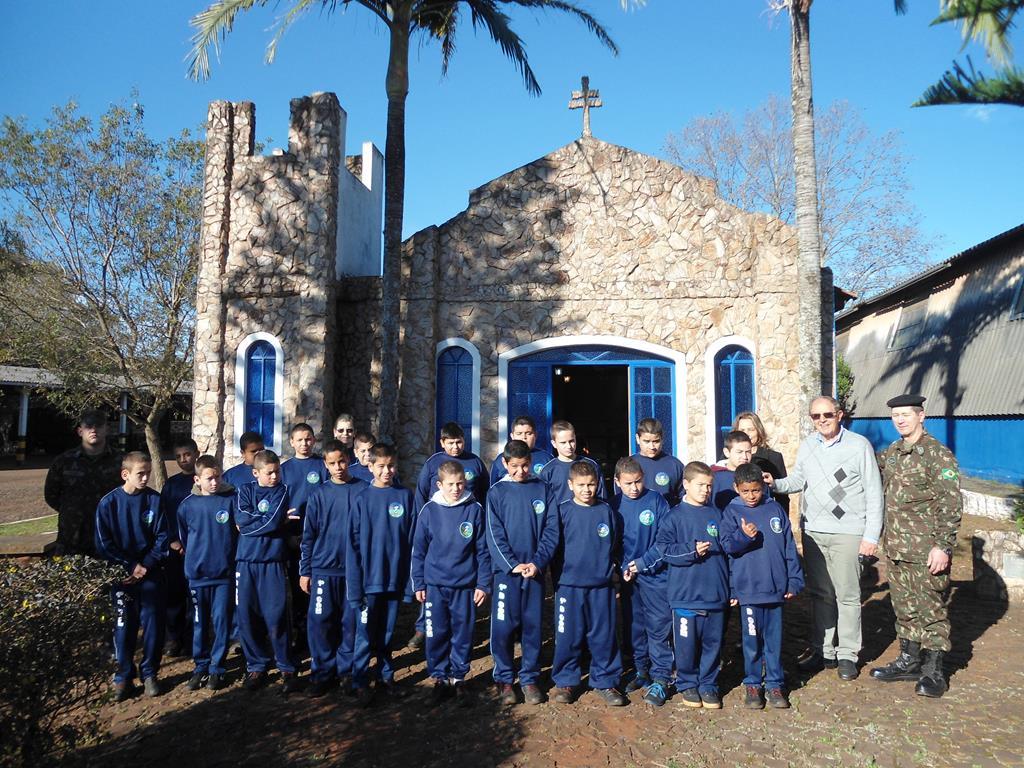 Foto - Tanara Mantovani- Alunos do Projeto Curumim e Padre Euclides Benedetti na Capela Anjo Gabriel