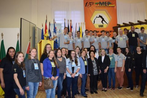 Coordenadora Enida juntamente coma a Interlocutora da Suepro professores orientadores e alunos pesquisadores das escolas estaduais de abrangência da (Copy)