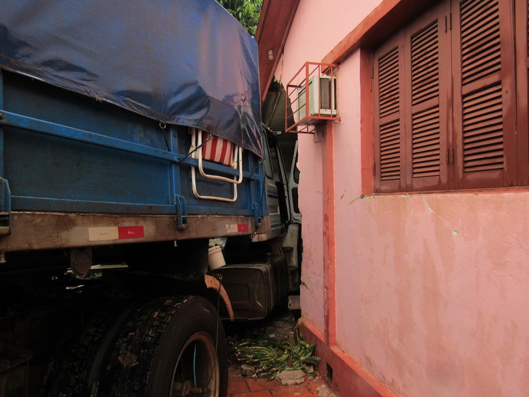 Caminhão perde o controle e invade residência (4) (Copy)