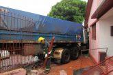 Caminhão perde o controle e invade residência (5) (Copy)