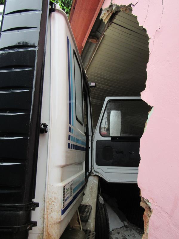 Caminhão perde o controle e invade residência (7) (Copy)