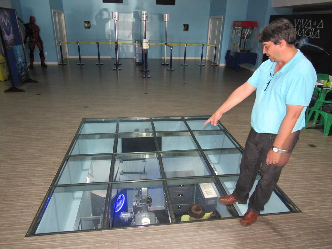 Chão de vidro - sala de memórias do Cine Cisne (3) (Copy)