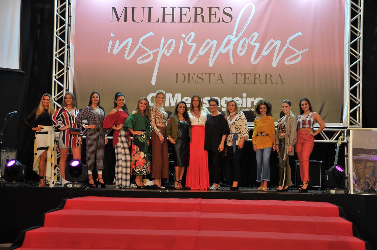 Empresária Marise Gasparetto ao lado das modelos que desfilaram a coleção 2019 da Farol