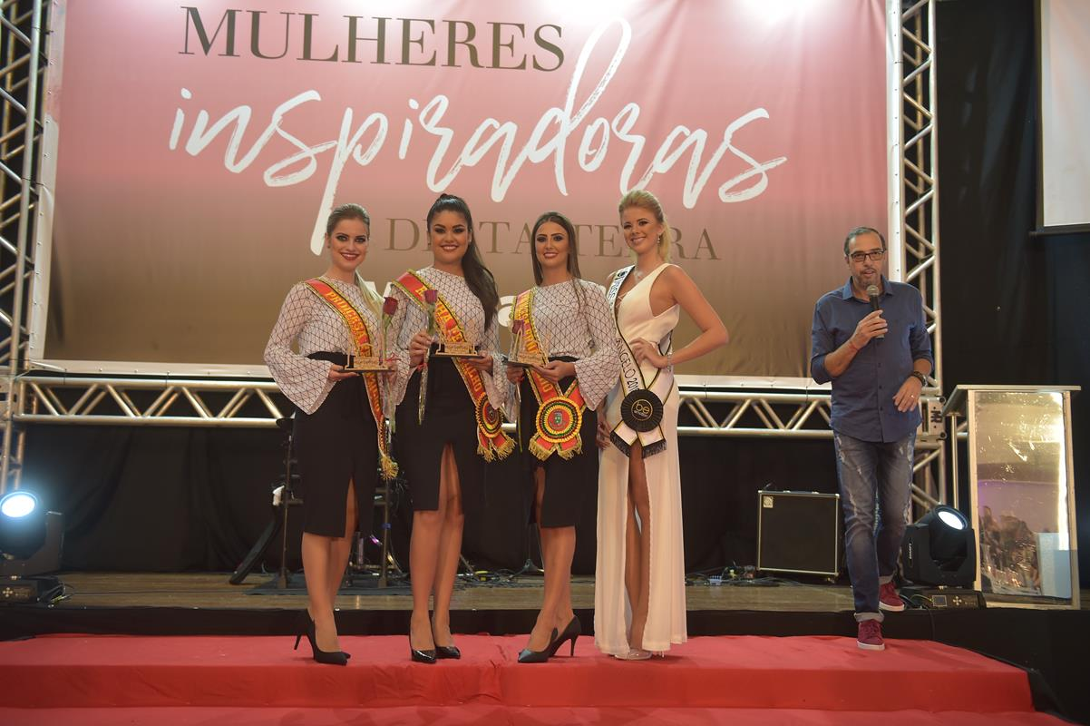 Thais Lersch, Fabiane Koask, Daniele Langue (Soberanas da 19º Fenamilho Internacional) e Martina Lôndero, Miss Santo Ângelo 2018/19 que entregaram os troféus