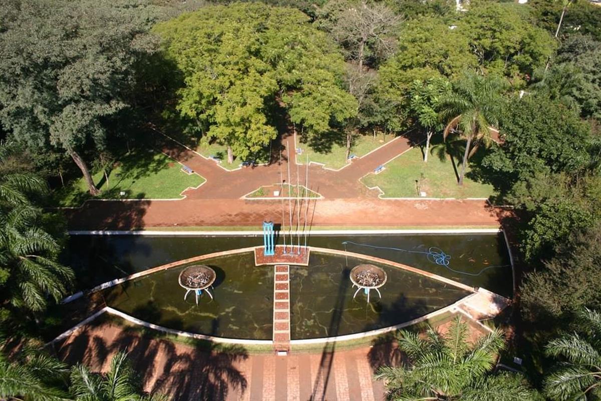 Praça fotografada do alto de uma escada magiro, registro feito pelo santo-angelense Paulo Leal