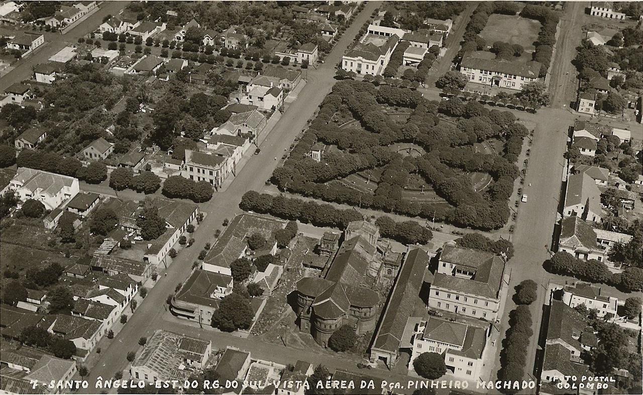 Praça em 1950 depois de consolidada a primeira grande reforma iniciada em 1932. Na década de 50 o calçamento de todas as faces (norte, sul, leste e oeste) já estava concluído/Arquivo Municipal
