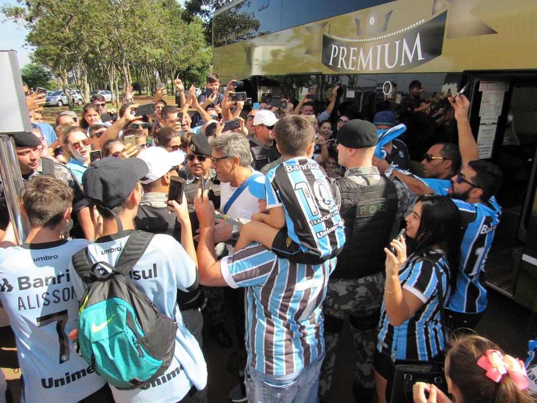 Treinador Renato Gaúcho foi bastante ovacionado pela torcida, no momento em que desceu do ônibus