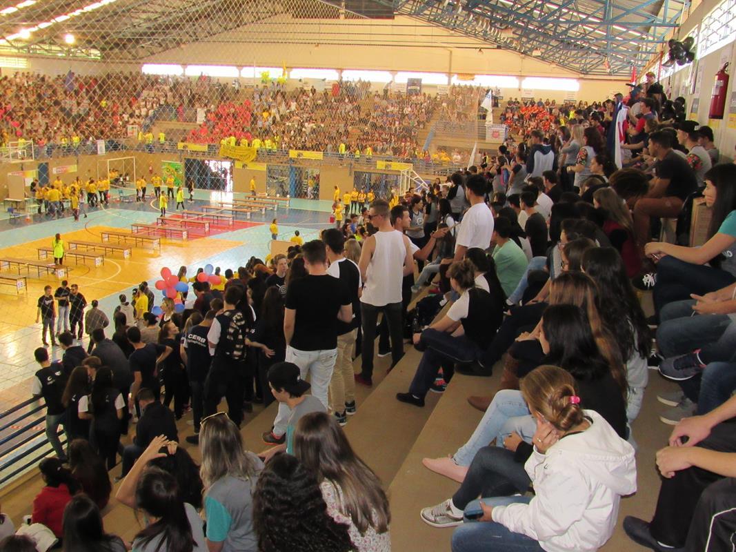 Estudantes durante evento realizado no ginásio da universidade