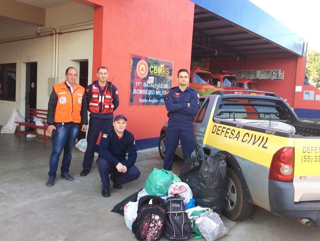 Corpo de Bombeiros e Defesa Civil com agasalhos arrecadados - Foto Divulgação (Copy)
