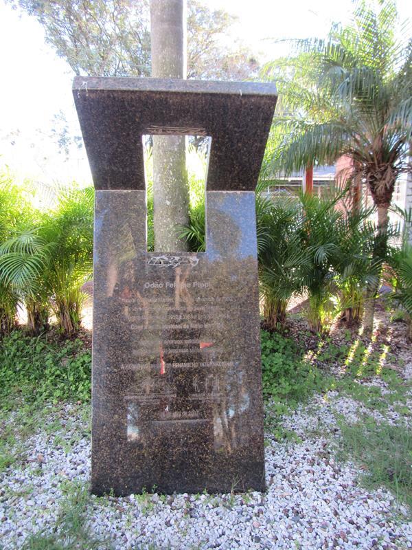 Base de granito instalado no Parque de Exposições Siegfried Ritter
