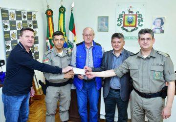 2-i-Presidente-da-Fenamilho-Bruno-faz-repasse-para-BM-foto-fernando-gomes-Copy-360x250.jpg