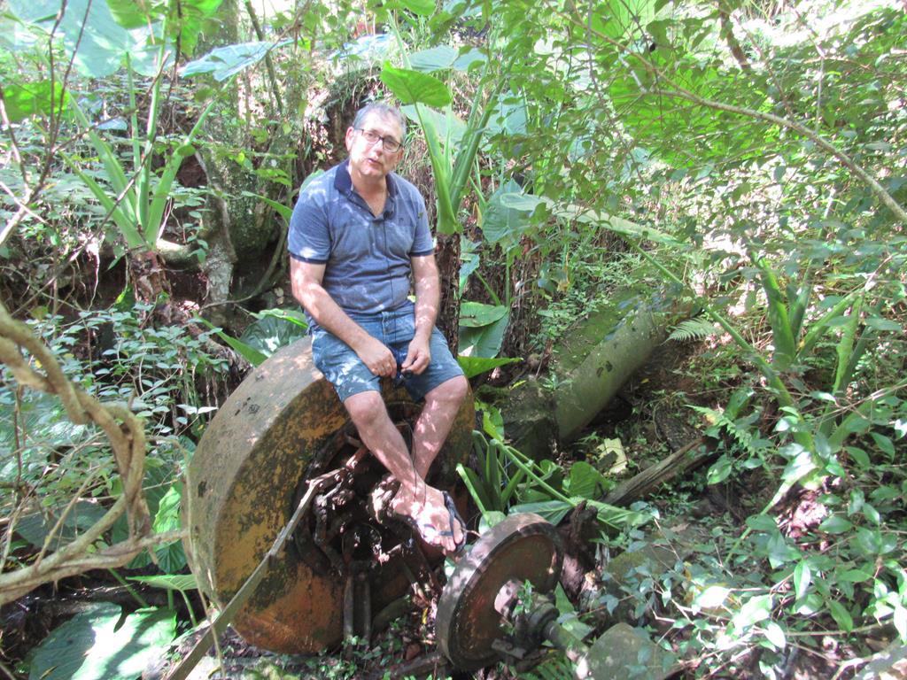 Osvaldo Funghetto junto a turbina que movia o moinho da família até o ano de 2012