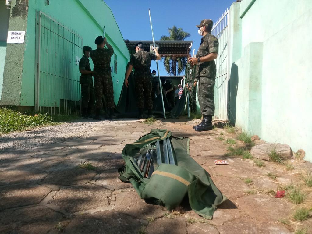 Exército Brasileiro monta tendas para acolher idosos
