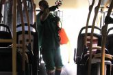 Alcimar reforça a limpeza nos ônibus Foto: Marcos Demeneghi