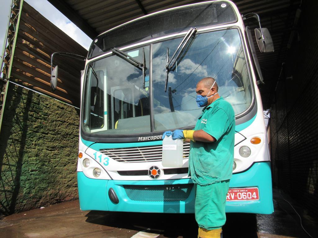 Alcimar redobra os cuidados de limpeza na frota de ônibus - Foto: Marcos Demeneghi