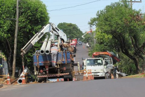 Foto - Marcos Demeneghi / Equipes da Monpar Construtora trocam postes da rede de energia elétrica na Av. Getúlio Vargas