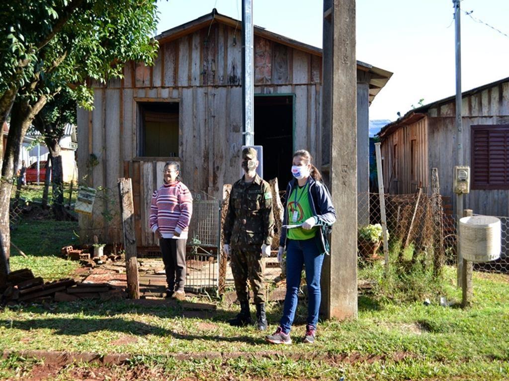 Fotos: Seção de Comunicação Social do 1º B Com - Vistoria em residências no município de Entre-Ijuís