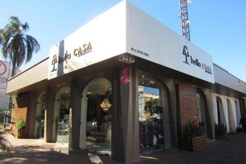Bella Casa Interiores - Localizada na Rua Marques do Herval, 965, esquina com a Rua Bento Gonçalves.