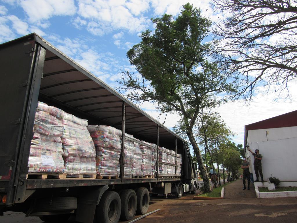 Cestas básicas adquiridas com o recurso da merenda escolar chegam a Santo Ângelo - Foto Marcos Demeneghi