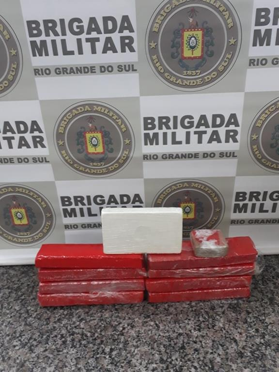 Divulgação Cmt 7° RPMon - Uma mulher e outro menor guardavam 1 kg de cocaína e mais de 7 kg de maconha