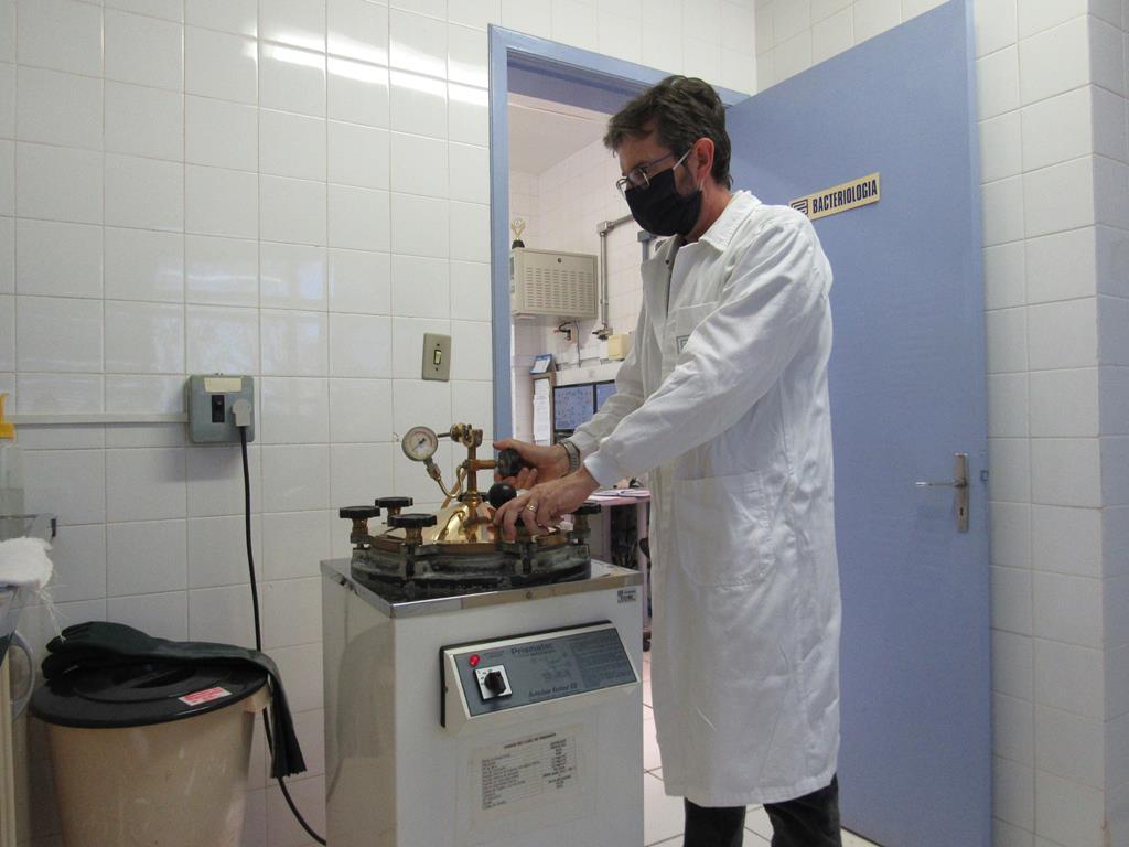 Gelson Luiz Faccin no autoclave de esterilização