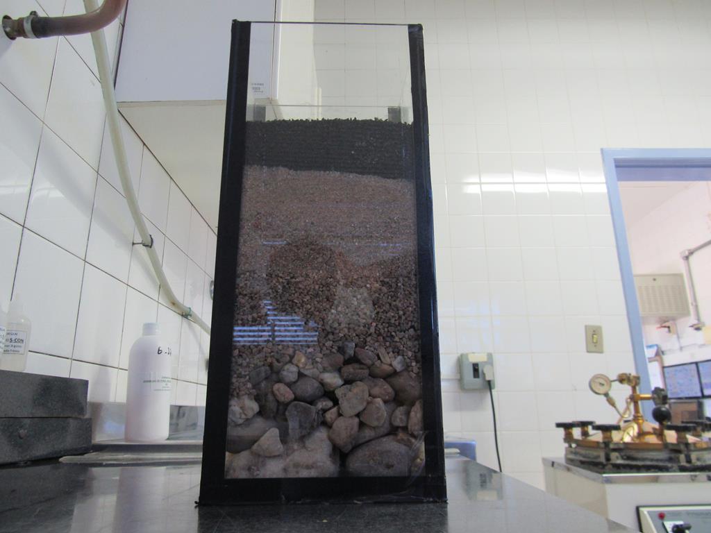 Exemplo de filtro usado no sistema com areia e seixos