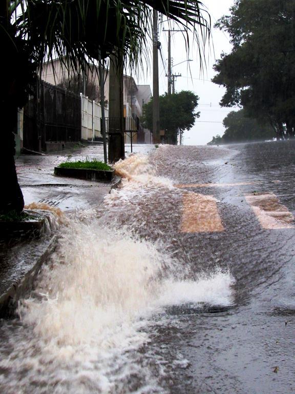 Água da chuva na Av. Salgado Filho em Santo Ângelo - Chuva Torrencial em junho - Foto: Marcos Demeneghi