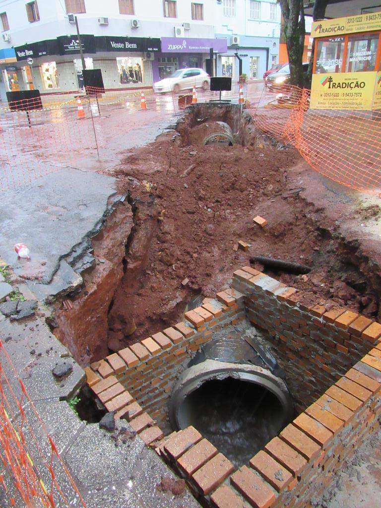 Obra de drenagem pluvial entre na Rua 25 de Julho, esquina com a Rua Marechal Floriano - Foto: Marcos Demeneghi
