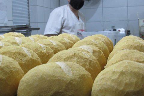 """Produção de pão """"cacetinho"""" na Padaria Paladar - Foto: Marcos Demeneghi"""