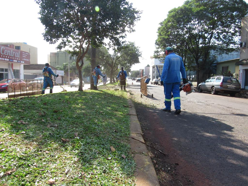 Equipe terceirizada faz o serviço de limpeza e conte da grama nas ruas e avenidas de Santo Ângelo - Foto: Marcos Demeneghi