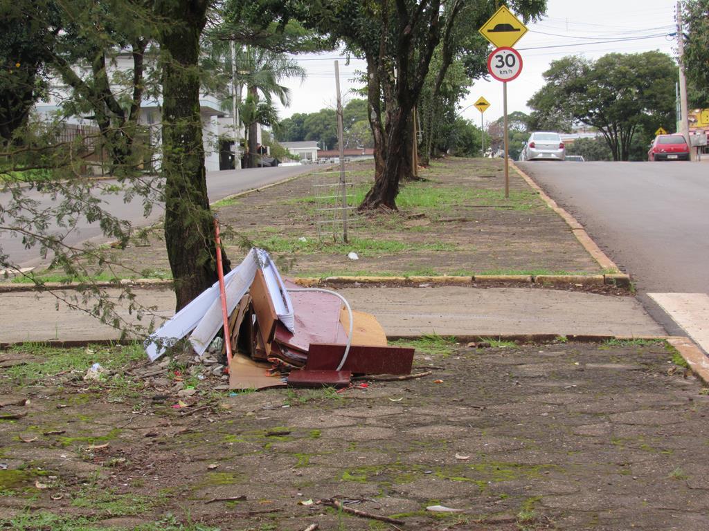 Lixo no canteiro central da Av. Getúlio Vargas