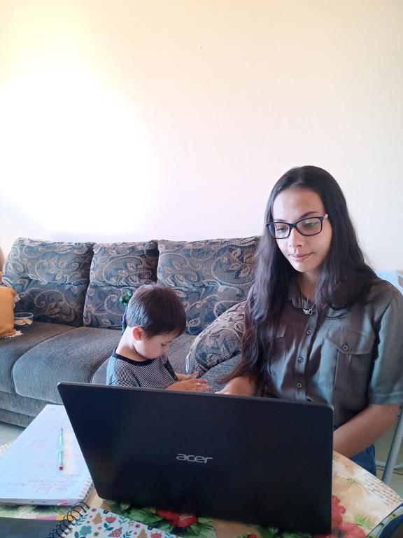 Talitta Muniz e o filho João durante atividade de estudo remoto - Foto: Everton Cabral