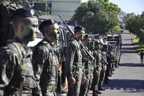 Militares da Guarnição do Exército de Santo Ângelo do 1º B. Com. perfilados na Av. Venâncio Aires (foto de arquivo)  - Foto: Marcos Demeneghi