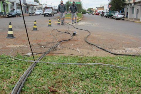 Cabos de telefonia e fibra óptica arrebentados na Av. Sete de Setembro Foto: Marcos Demeneghi