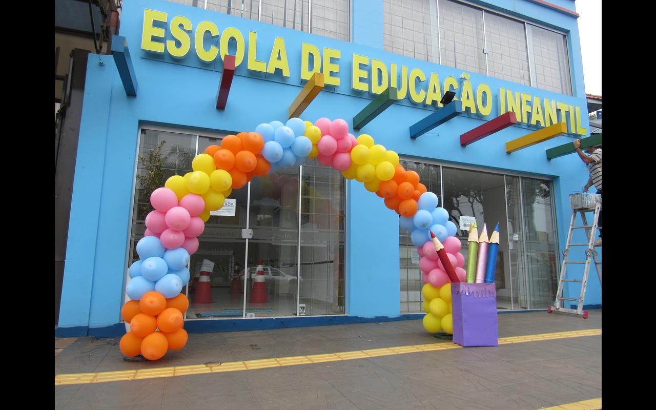 Balões ornamentam uma Escola de Educação Infantil localizada na Av. Getúlio Vargas