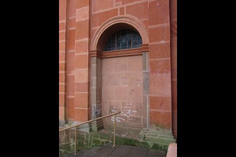 Inscrições em branco alteram a originalidade das Paredes da Catedral Angelopolitana - Foto: Marcos Demeneghi