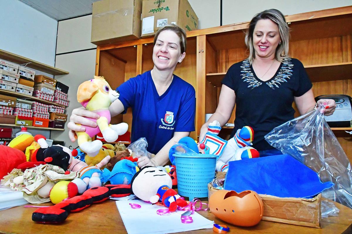 Juliana Barbosa e Taciana Ribeiro na Central do Bem em Santo Ângelo Foto: Fernando Gomes