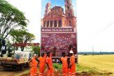 Operários concluem a implantação do outdoor na ERS 344, entrada do município de Entre-Ijuís