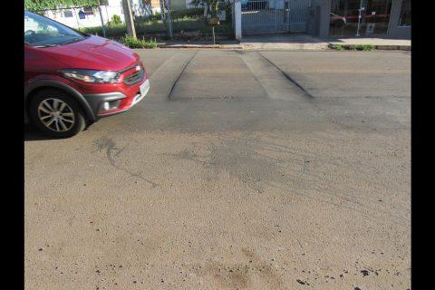Deformidades na pista de rolamento da Rua Tiradentes em Santo Ângelo
