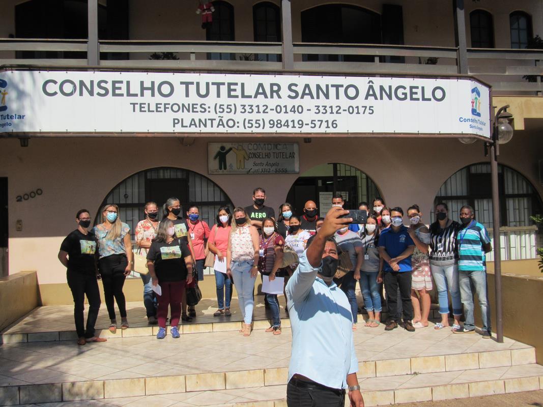 Presidente da ACONTURS - Jéferson Leon Machado, registrando o momento com uma selfie em frente a sede do Conselho Tutelar de Santo Ângelo