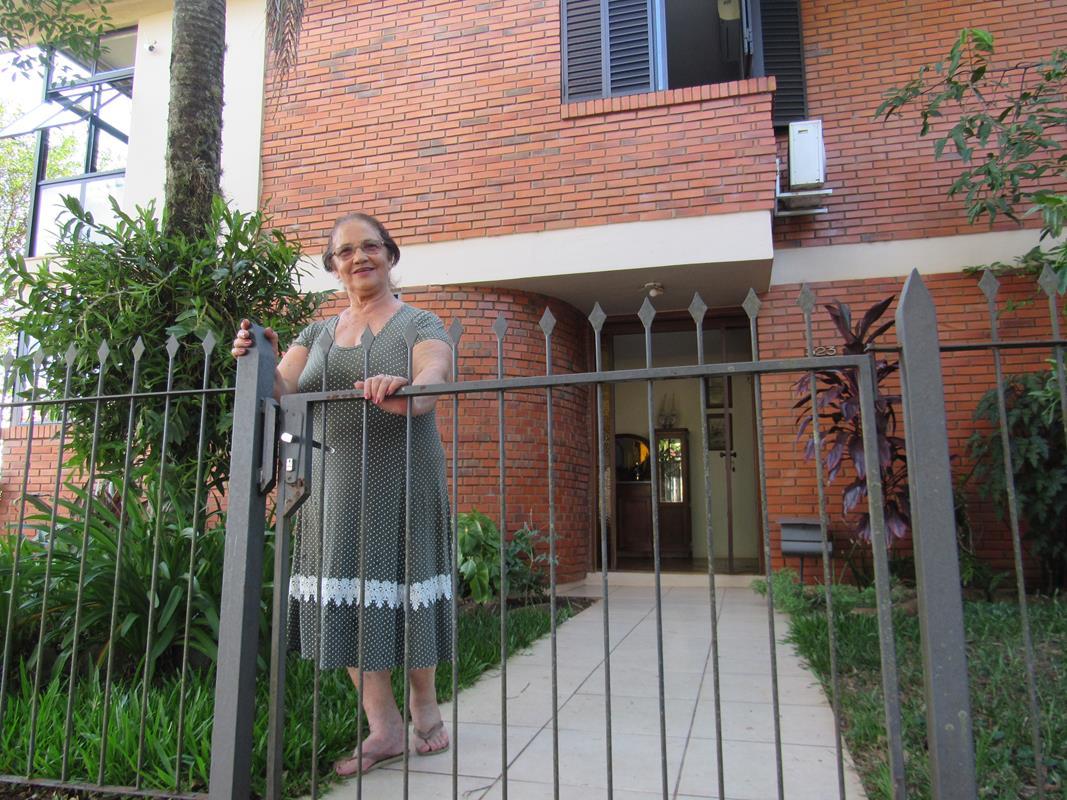 Helena Francisca Galeazzi Frees abre o portão de sua residência - Foto: Marcos Demeneghi