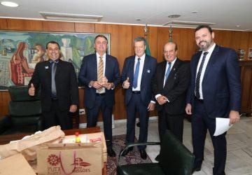Bolsonaro-é-presenteado-com-uma-cruz-missioneira-Copy-360x250.jpg