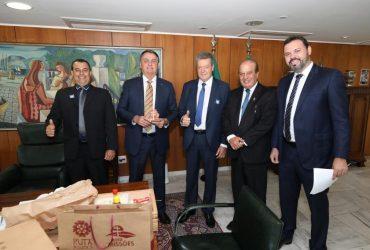 Bolsonaro-é-presenteado-com-uma-cruz-missioneira-Copy-370x250.jpg