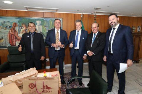Bolsonaro é presenteado com uma cruz missioneira (Copy)