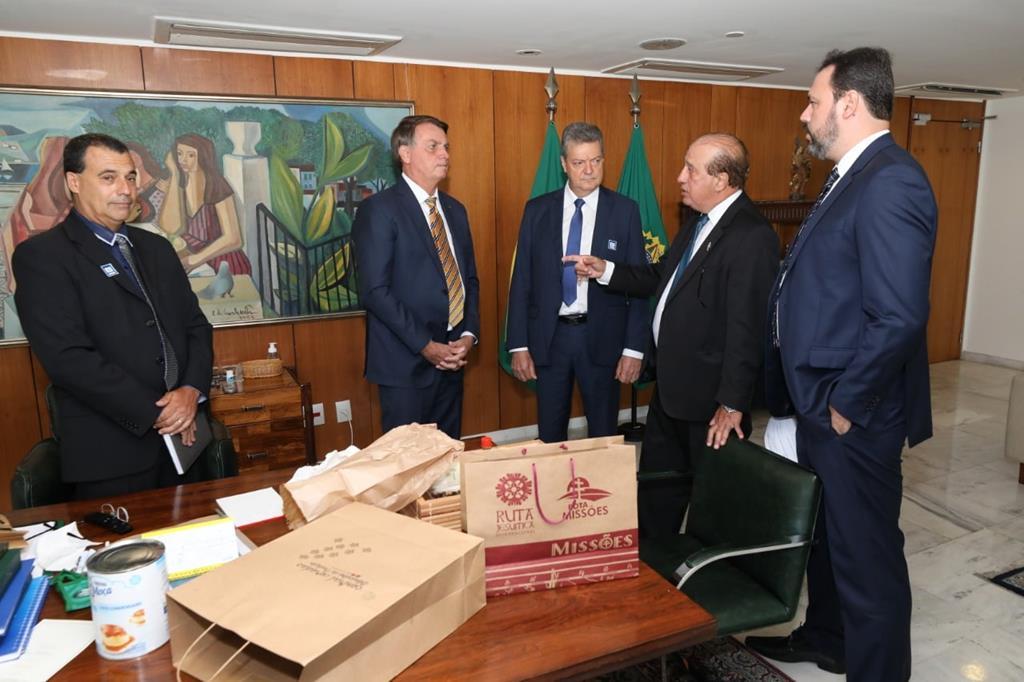 Presidente do Tribunal de Contas da União João Augusto Ribeiro Nardes e Paulo Roberto, prefeito de São Miguel falam com Bolsonado em Brasília