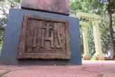 Monograma que faz parte da base do pórtico pertencente ao mobiliário da Praça Pinheiro Macho em Santo Ângelo - Foto: Marcos Demeneghi